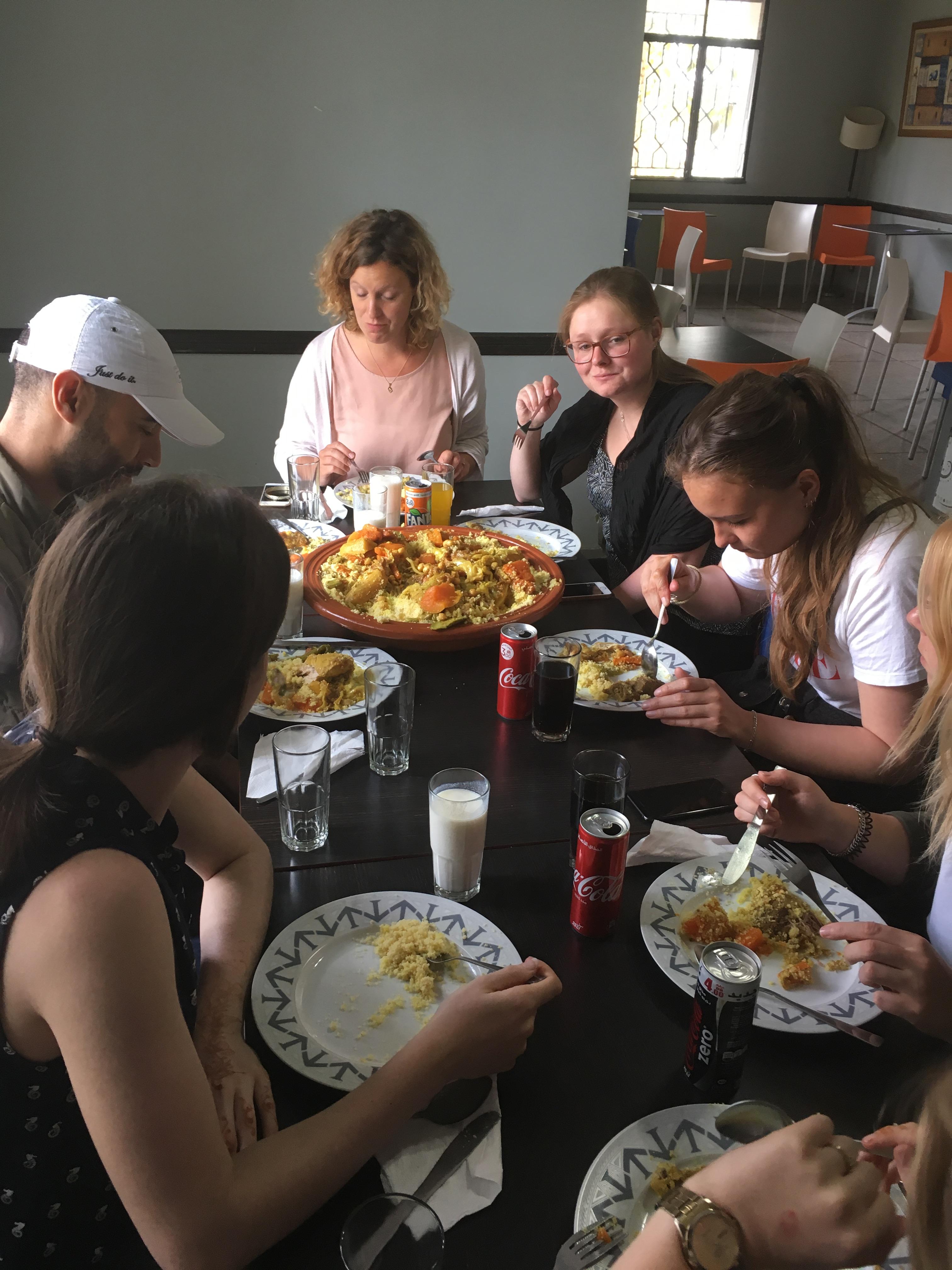 Couscous vrijdag in restaurant van vrouwenproject in Casablanca met Sjoukje Rietbroek