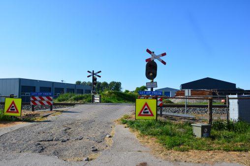 De onbewaakte spoorwegovergang in de Oude Trekweg in Harlingen waar eerder dit jaar twee ongelukken plaatsvonden, waarvan één met dodelijke afloop.